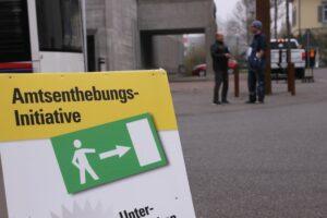 Mitglieder der BDP Kanton Aargau Sammeln Unterschriften für die Amtsenthebungsinitiative.